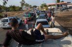 Los venezolanos forman largas filas para tratar de compra combustible. FOTO/AP