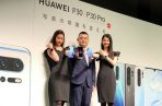 Un experto tecnológico de Huawei Wu Bo (c) muestra uno de sus productos en Tokio. Foto: EFE.