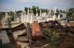 Los ataúdes saqueados yacían amontonados después de que los ladrones de tumbas se desplazaran por el cementerio de El Cuadrado en Maracaibo, Venezuela. Los entierros diarios solían ocurrir hasta la tarde, pero el cementerio se había endurecido hasta el mediodía para detener la tumba ladrones. FOTO/AP