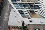 ¡Fatal! Una mujer cae desde un edificio sobre el techo de una residencia en calle 73 San Francisco. Foto: Tráfico C Panamá.
