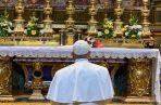 Francisco quien estuvo acompañado por varios obispos y el rector de la basílica mayor, entró por la sacristía y se acercó para orar por unos pocos minutos.