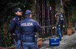 Varios policías trabajan a las puertas de la histórica pizzería Sorbillo tras la explosión de un paquete bomba, en el centro de Nápoles. FOTO/EFE