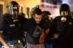 343/5000 La policía arrestó a un manifestante durante los choques y exigió la renuncia del gobernador Ricardo Rossello en San Juan, Puerto Rico. FOTO/AP