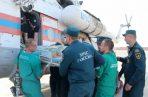 Médicos y oficiales rusos trasladan a Moscú a un herido en el ataque en Kerch. Foto: EFE.
