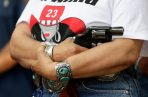 Alma Arredondo-Lynch sostiene una pistola mientras los defensores de los derechos de las armas se reúnen fuera del Capitolio de Texas, donde el gobernador de Texas Greg Abbott sostuvo una mesa redonda. FOTO/AP