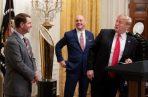 El entrenador de los Tigers de Clemson, Dabo Swinney (izq), escuchaa a Trump (der.), en la Casa Blanca. Foto: EFE.