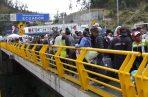 Cientos de migrantes venezolanos llegan al Puente de Rumichaca este sábado, en la frontera entre Colombia y Ecuador, en Tulcán (Ecuador). FOTO/EFE