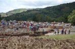 Decenas de personas buscan a sus familiares desaparecidos tras el paso del ciclón Idai en Kopa (Zimbabue). FOTO/EFE
