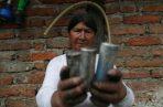 """Según la víctima y otros testigos, los militares les """"gasearon"""" sin previo aviso para que dejaran de bloquear la carretera entre Quito y Cayambe, pero al agotárseles el gas, los nativos dominaron a los uniformados y estos optaron por dispararles antes de retirarse."""