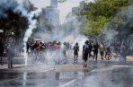 Manifestantes protestan de manera pacífica frente a la Policía este lunes en Santiago, Chile.