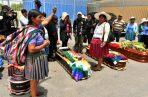 Ciudadanos rodean los féretros de varios de los fallecidos tras los disturbios con las fuerzas del orden en Cochabamba. Foto: EFE.