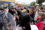 Manifestantes discuten con los agentes policiales. FOTO/EFE