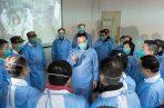 el primer ministro chino, Li Keqiang, del centro, habla con trabajadores médicos en el Hospital Wuhan Jinyintan en Wuhan, en la provincia central china de Hubei. FOTO/AP