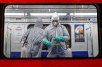 Personal médico desinfecta un vagón del metro en Teherán. FOTO/EFE