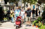 Un grupo de visitantes en las Ramplas, Barcelona, este lunes, cinco días después de la apertura de fronteras tras el estado de alarma. EFE.