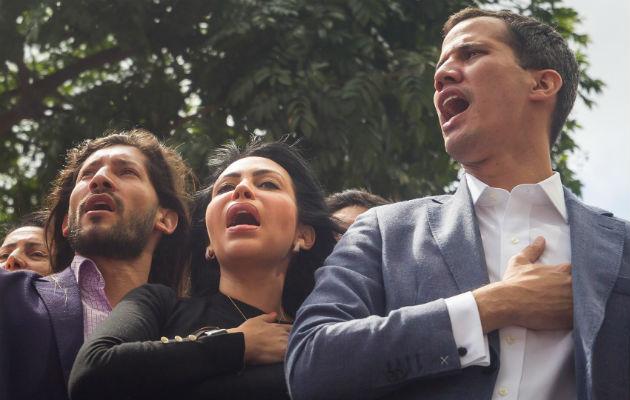 Juan Guaidó (d), en una concentración de opositores al Gobierno. Foto: EFE.
